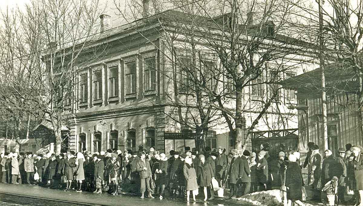 Улица Ленина.Трамвайная остановка ЦУМ