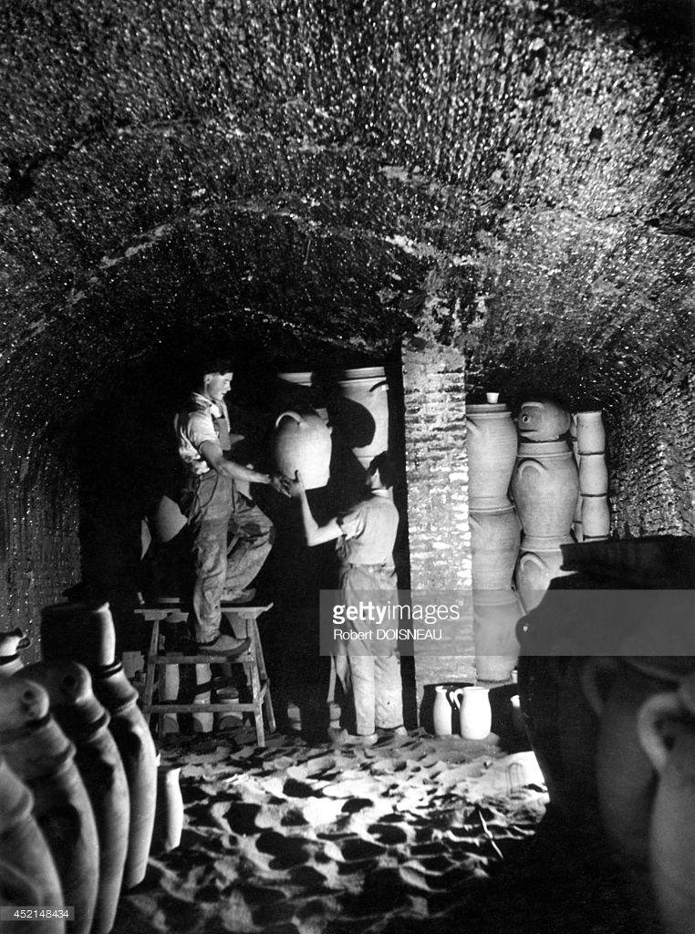 1945. Гончары кладут кувшины в хранилище, Сент-Аман-ан-Пюизе