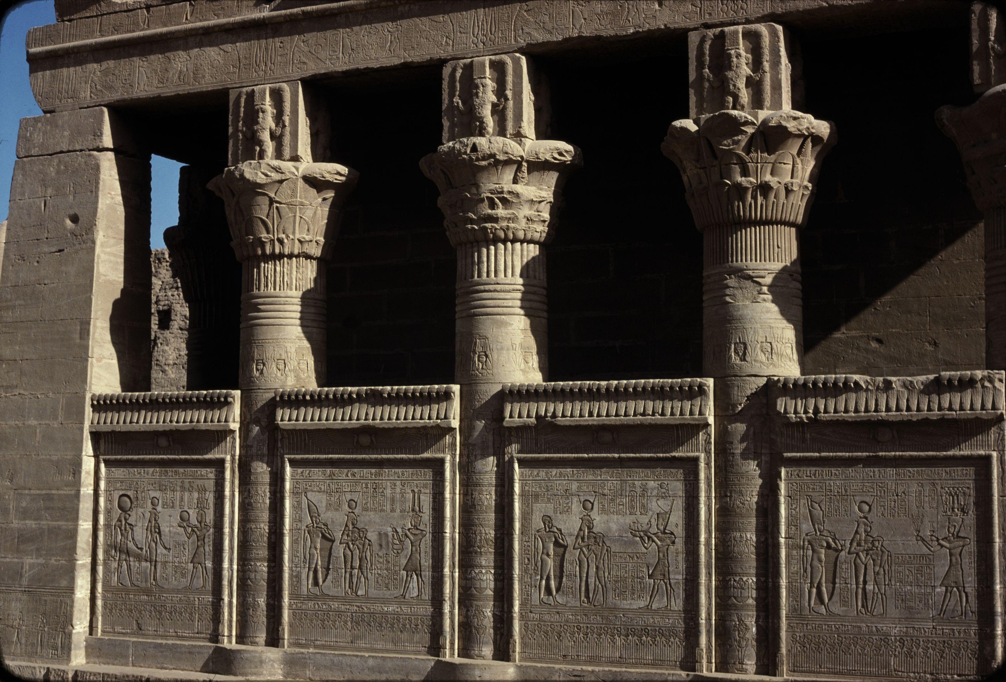 Дандара. Храм Хатхор.  Колонны южной стороны Маммиси