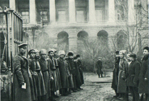 Октябрь. Красногвардейцы и революционные солдаты охраняют вход в Смольный. Смольный проезд, 1.1917.