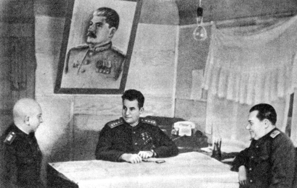 Командование 3-го Белорусского фронта в штабе.jpeg