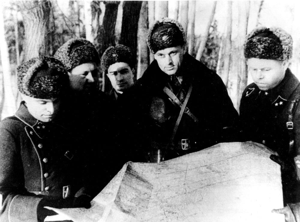 Командующий 16-й армией генерал-лейтенант К.К. Рокоссовский со своим штабом в районе Истры.jpg