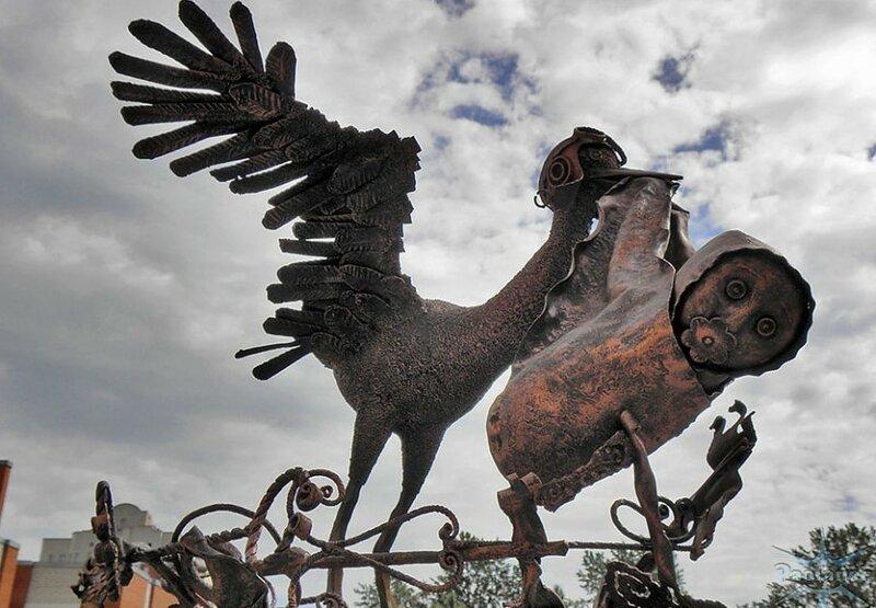 памтяник с птицей в Питере