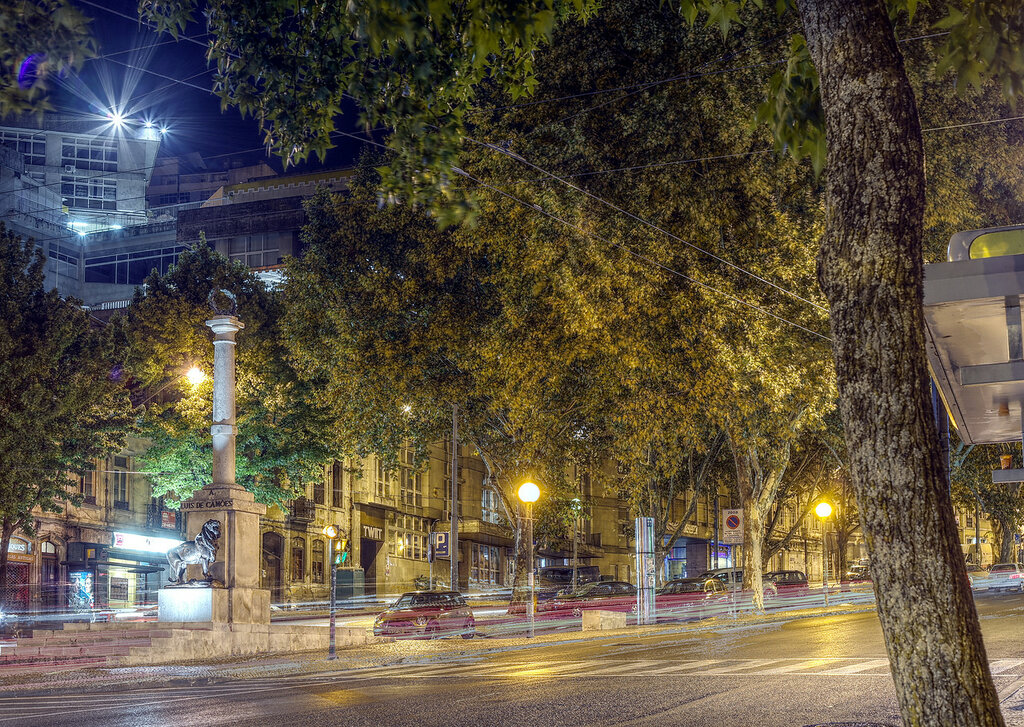 Ночная Коимбра. Бульвар Са-да-Бандейра (Jardim da Avenida Sá da Bandeira). HDR