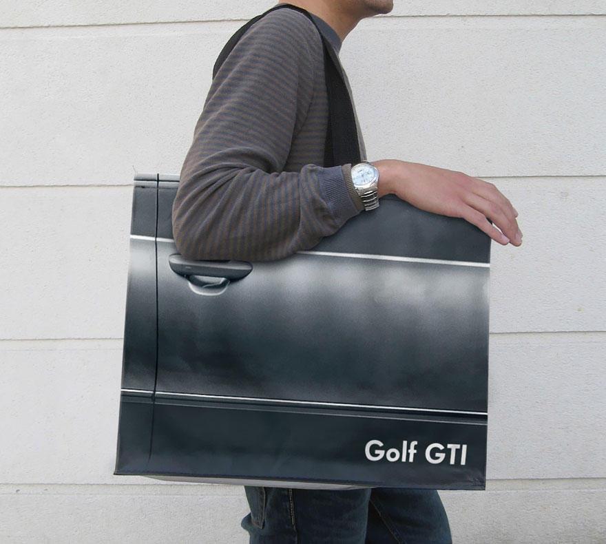 11. Сумка в виде двери от Volkswagen Golf GTI.
