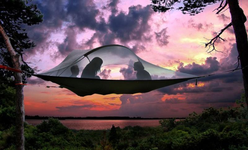 Палатка британского дизайнера позволит ночевать на дереве (12 фото)