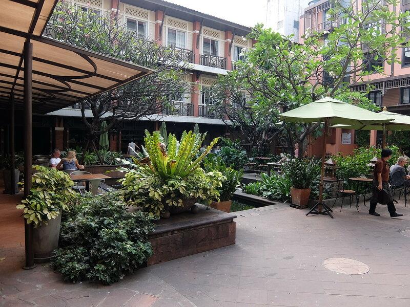 Бангкок - Во дворе отеля