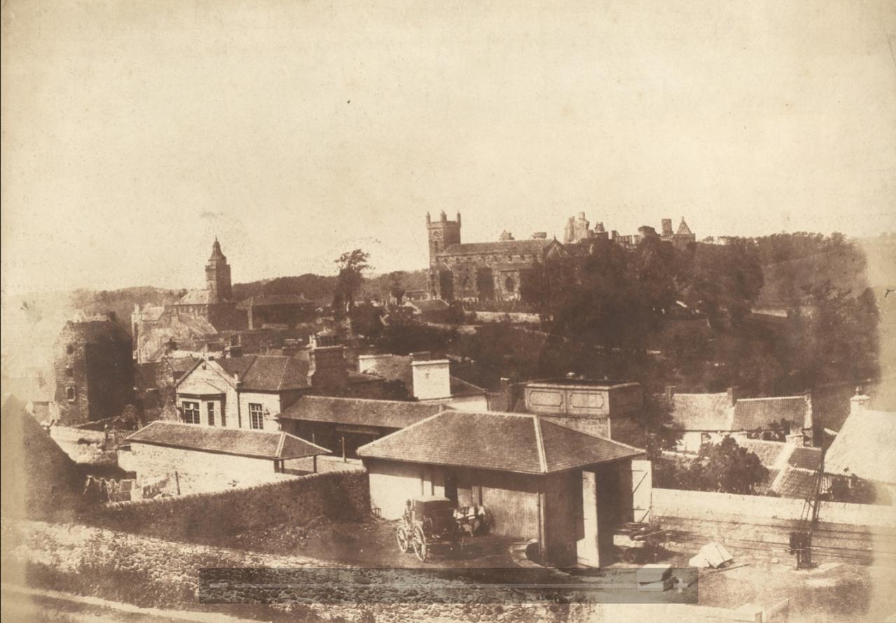 Линлитгоу,Шотландия. Вид от железнодорожного вокзала на ратушу, церковь Святого Михаила и Дворец