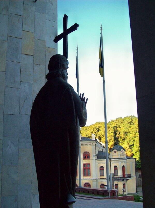Памятник перед входом в Украинский дом