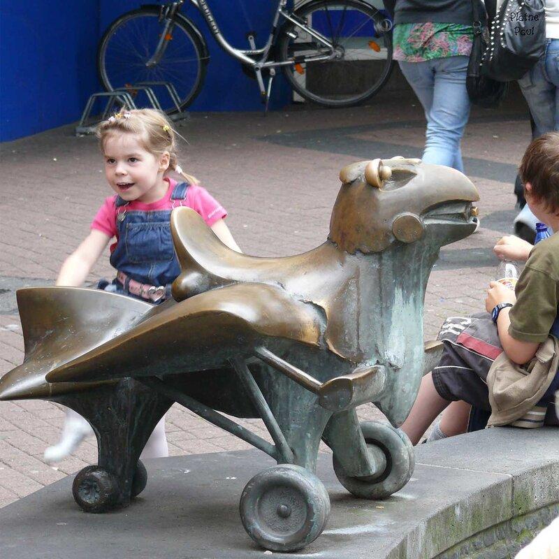 а из этого снимка следует, что не все животные попали на корабль..... птица на колесах.....