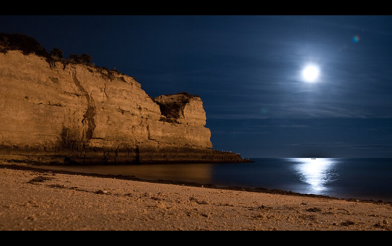 луна на море