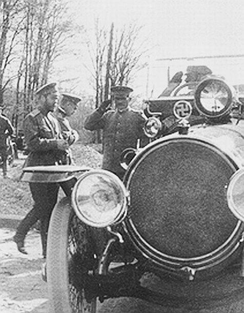 Свастика на капоте автомобиля Николая II