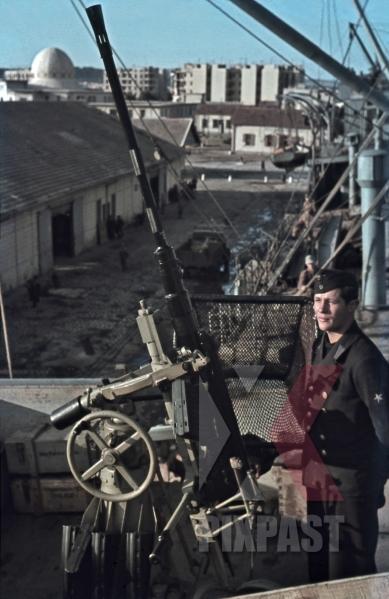 stock-photo-kriegsmarine-sailor-beside-20mm-flak-aa-cannon-on-german-supply-ship-tunis-tunisia-1942-quai-transatlantique-12545.jpg