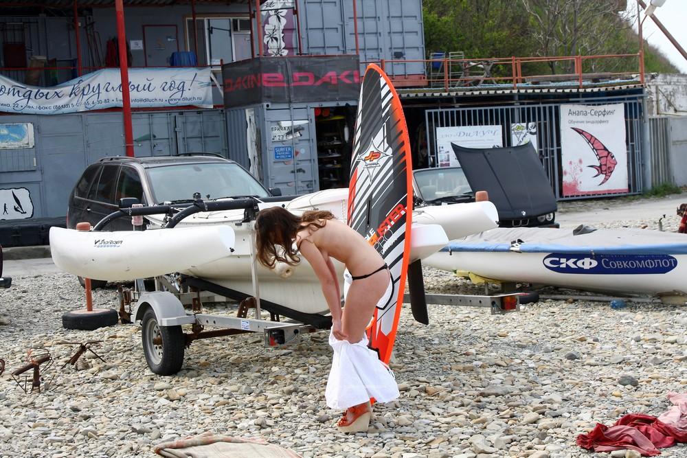 Обнаженная Алиса с доской для серфинга