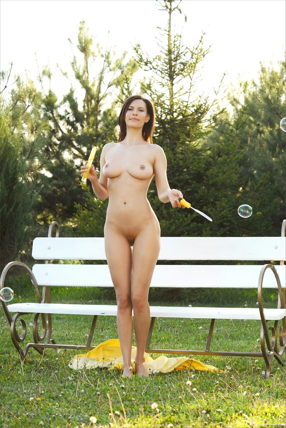 Обнаженная Сюзанна пускает мыльные пузыри