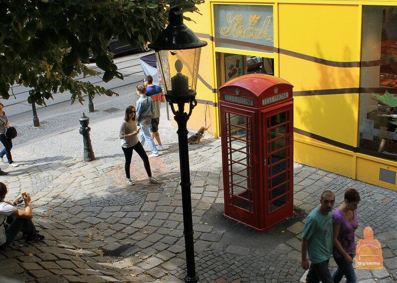 Телефонная будка у дома Хундертвассера