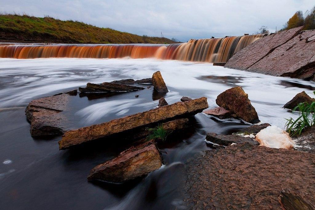 Тосненский водопад имеет вид огромной подковы и издалека похож на миниатюрную копию Ниагарского водо