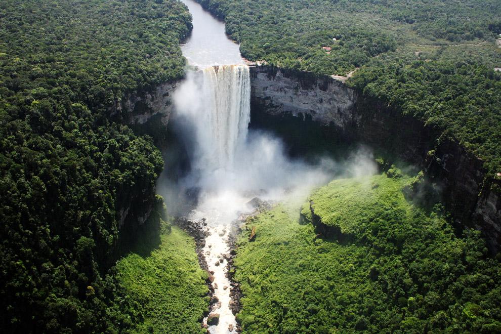 Высота водопада 226 метров — это в 5 раз выше, чем Ниагарский водопад, и в 2 раза выше, чем вод