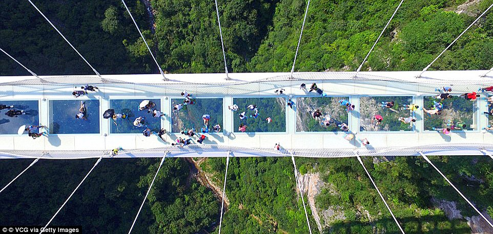 Мост длиной около 430 метров соединяет две скалы на высоте 300 метров.