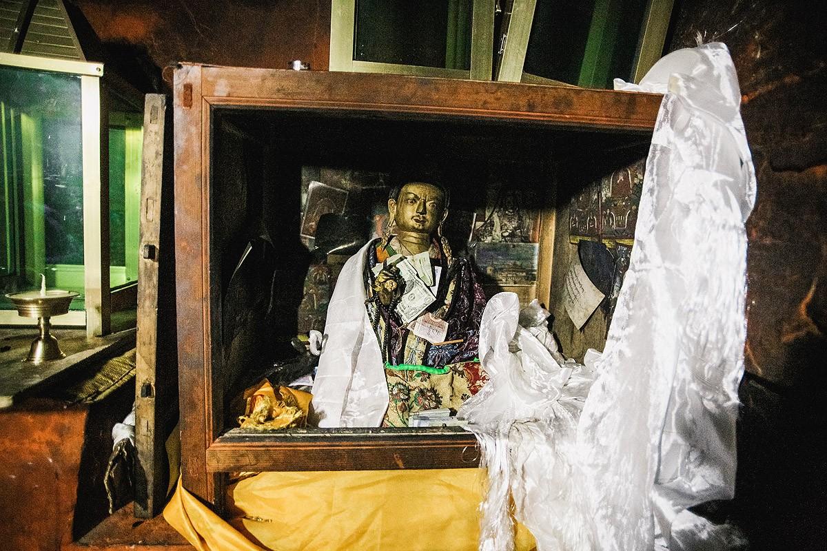 37. Статуя Падмасамбхавы, «хозяина» пещеры.