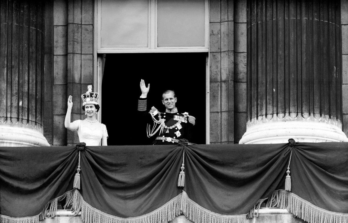 В возрасте 25 лет, после смерти своего отца, короля Георга VI, Елизавета становится королевой. Филип