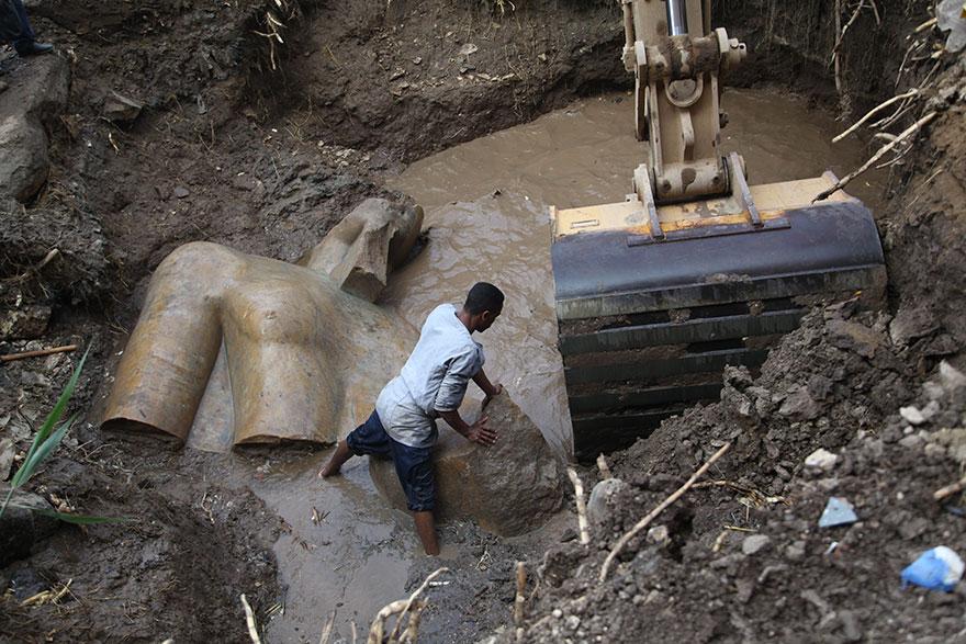 Эти монументальные находки обнаружила группа немецких и египетских археологов. В настоящее время вед