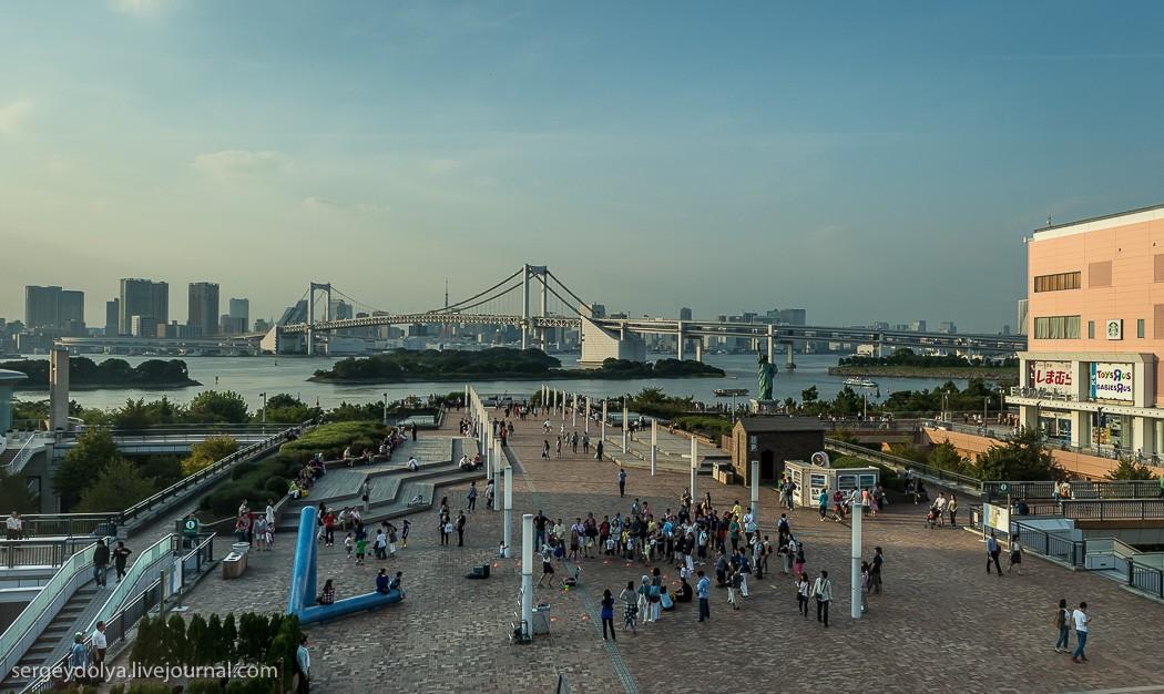 9. На заднем плане — визитная карточка Токио, Радужный мост. Он соединяет Токио и Одайбу. Помимо авт
