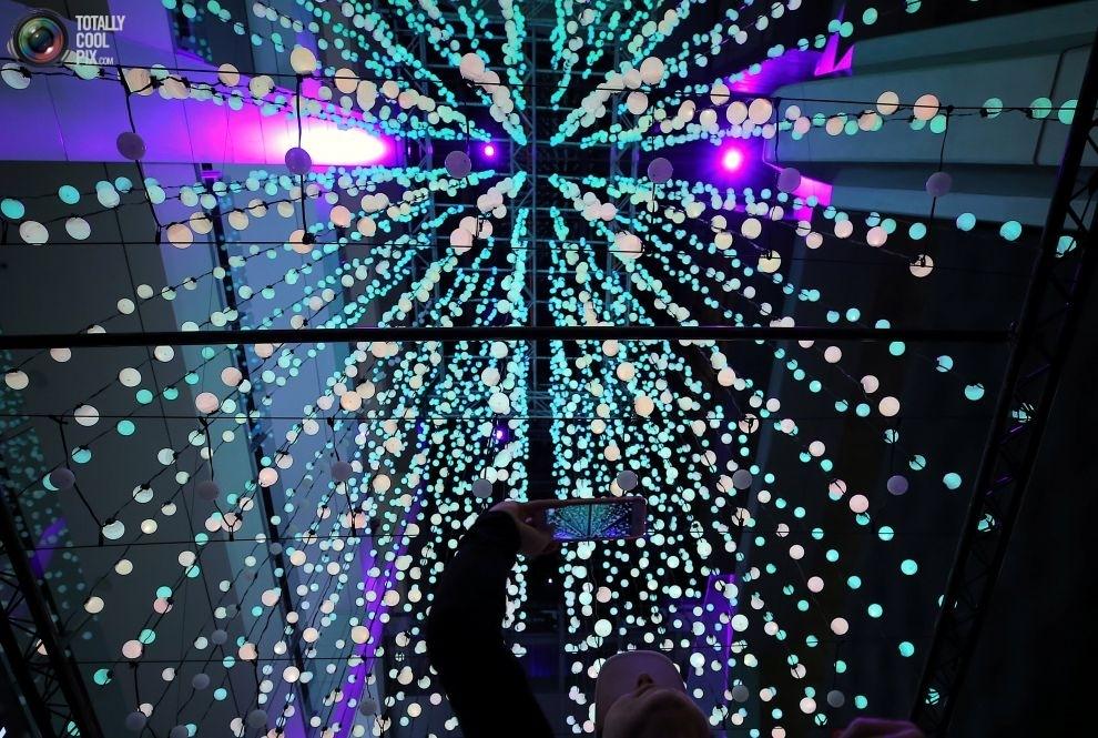 Инсталляция, состоящая из девяти тысяч светящихся сфер.