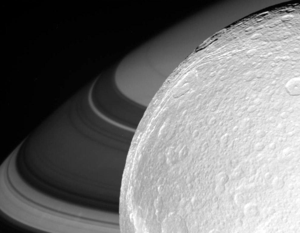 6. Размер частиц материала в кольцах Сатурна — от микрометров до сантиметров и (реже) десятков