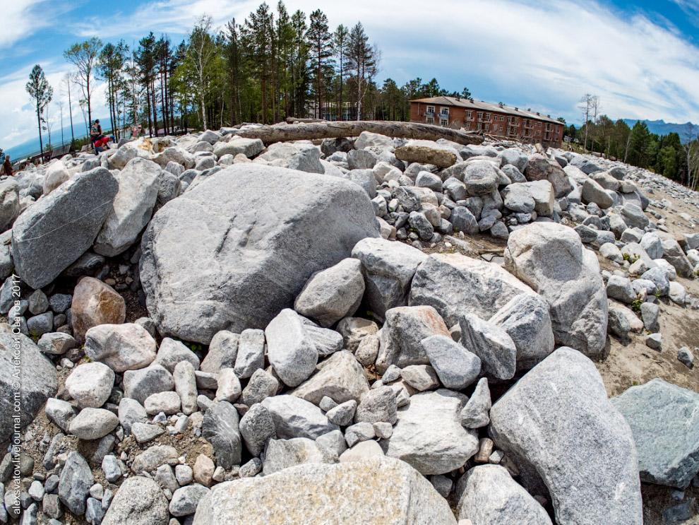 8. Рядом с ним можно представить себе масштаб и мощь каменной реки.
