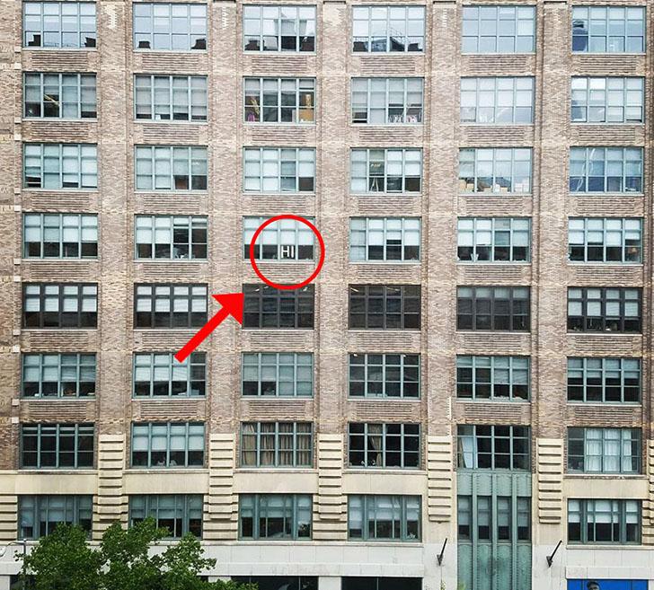 Значит, война: битва стикеров между двумя офисными зданиями (12 фото)