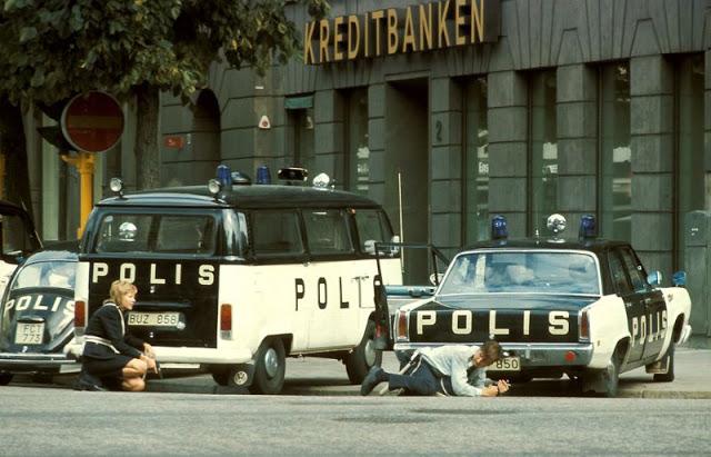 Полицейские прячутся за машинами во время ограбления. Сокамерника Кларка Улофссона привезли на следу