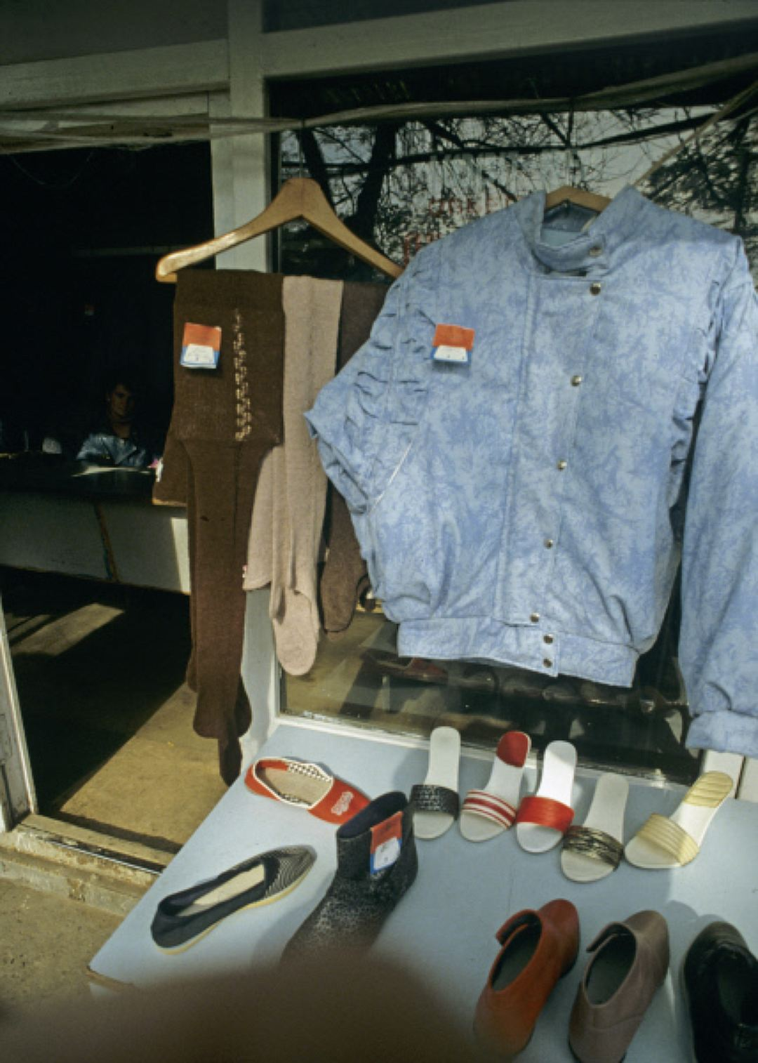 Мода на джинсы-варенки пришла в СССР еще в 80-х, а в начале 90-х достигла своего пика. Фото — 1989 г