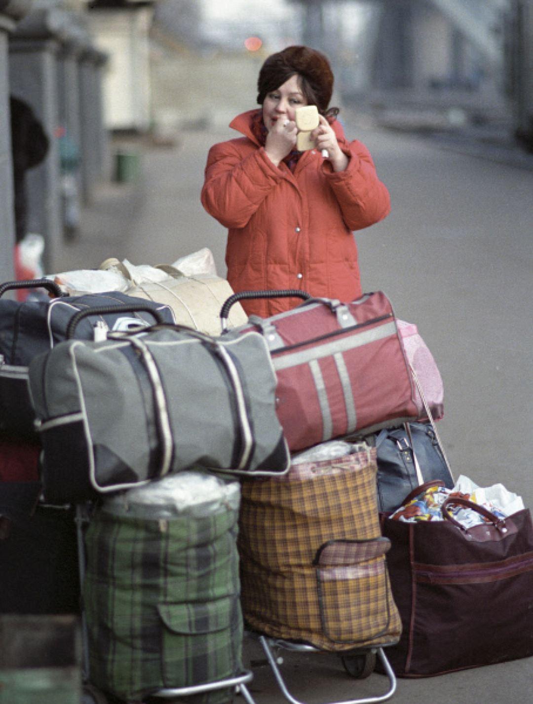 Минск, 1992 год. Женщина в болоньевой куртке. Жатые плащи Их носили более обеспеченные люди, но и эт