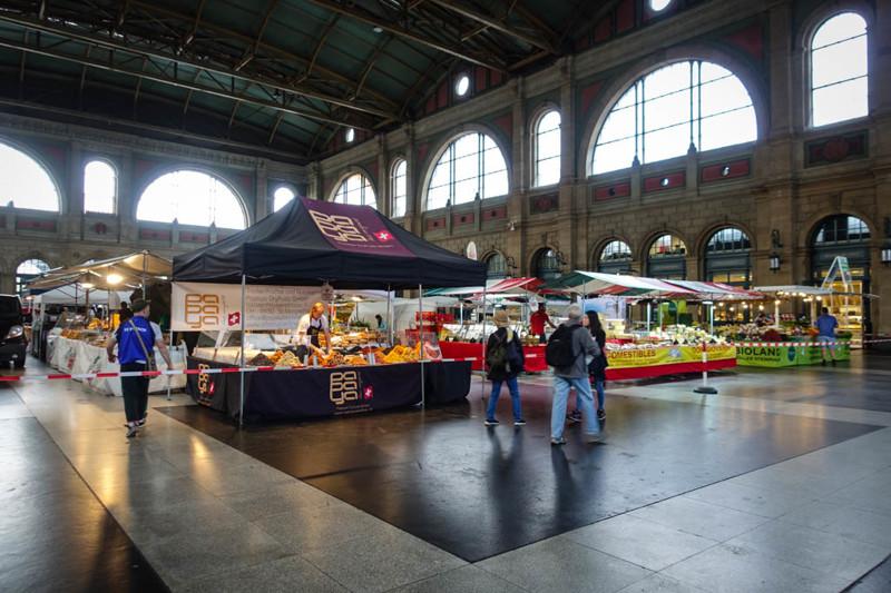Вокзал настолько огромен, что в его здании иногда устраивают рынок! Фермеры до всей Европы устанавли