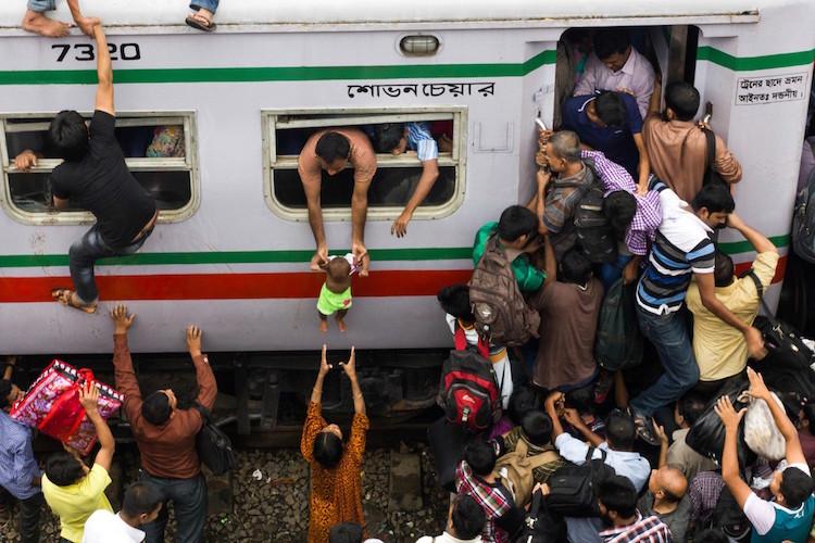 Фото: Enamul Kabir «Каждый год во время фестиваля в честь Ураза-байрама тысячи людей покидают Дакку,
