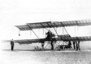 Летчик М.Н.Ефимов в аэроплане Фарман перед полетом.