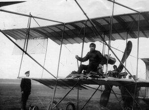 Летчик  Г.Г.Горшков в аэроплане перед полетом.