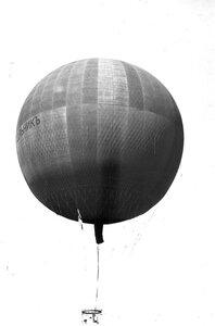 Воздушный шар, изготовленный товариществом российско-американской мануфактуры Треугольник, в воздухе.