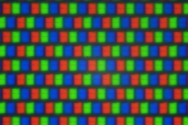 Фотография матрицы экрана фотоаппарата под микроскопом. Видны отдельные пиксели синего, зеленого и красного цветов