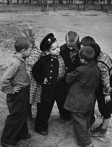 Первоклассник хвастается новой формой перед своими друзьями-дошкольниками, 1955 год.jpg