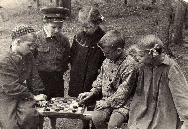Игра в шашки в пионерском лагере, 1957 год.jpg
