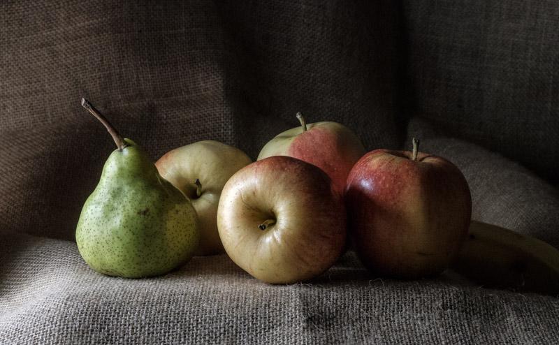 четыре яблока и груша на столе натюрморт на Fujifilm x-t20