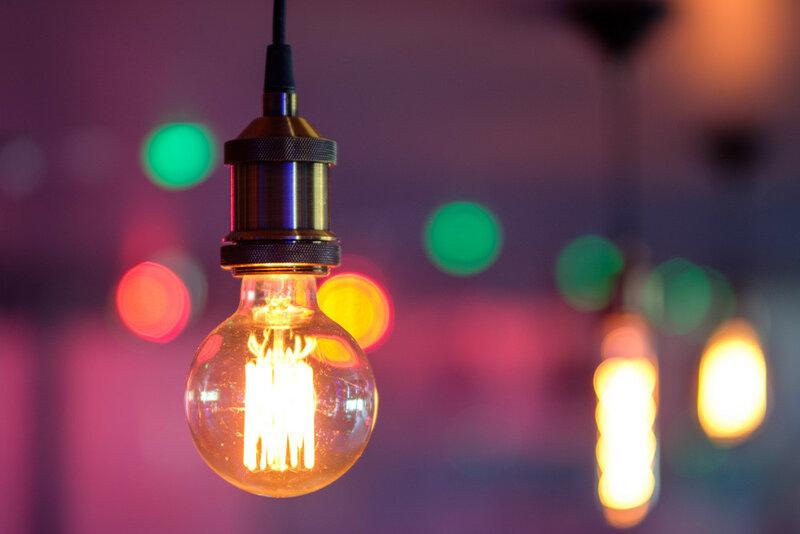 лампочка на фоне лампочек