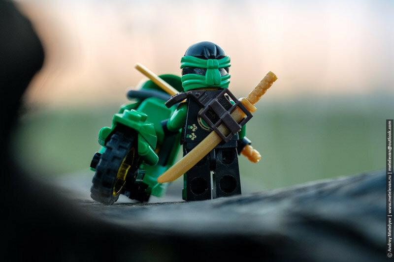 lego ниндзяго с мотоциклом на фоне заката