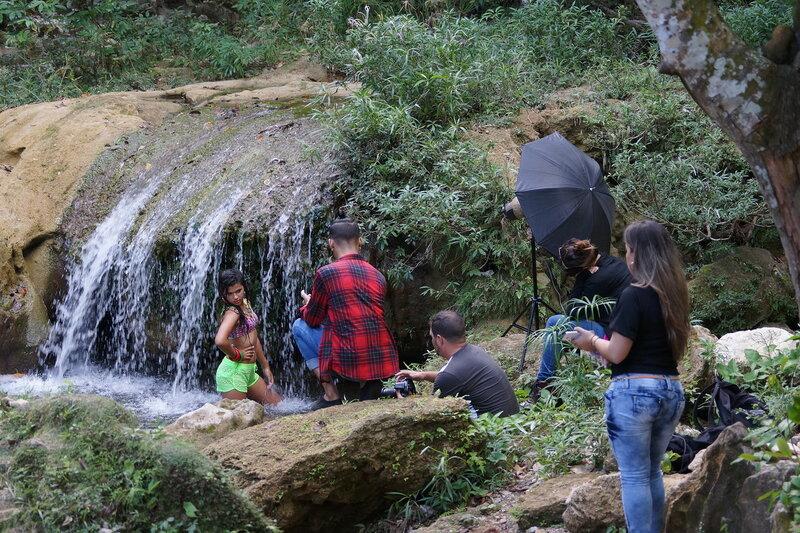 Девушка и водопад