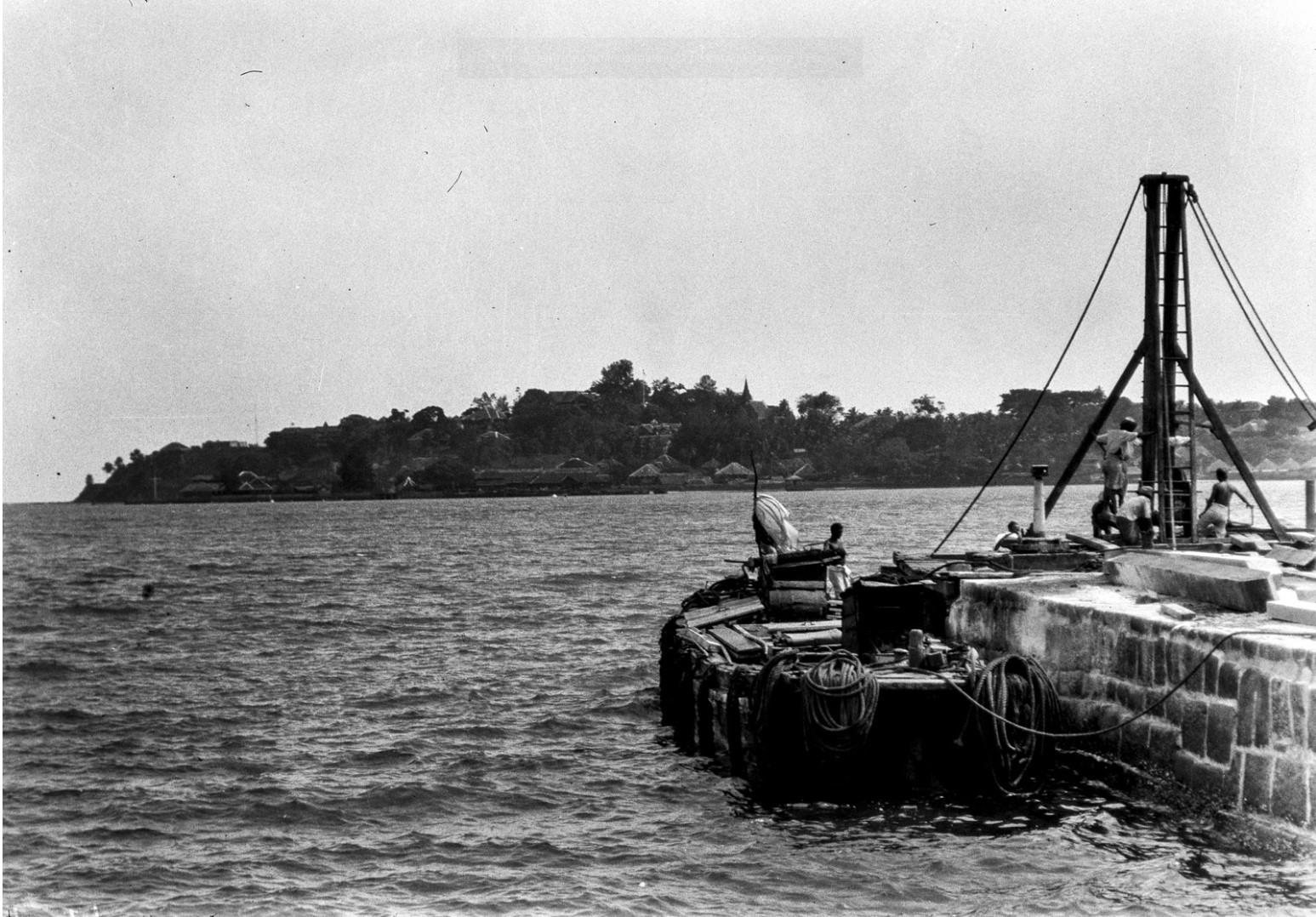 1128. Остров Росс. Лодка на причале