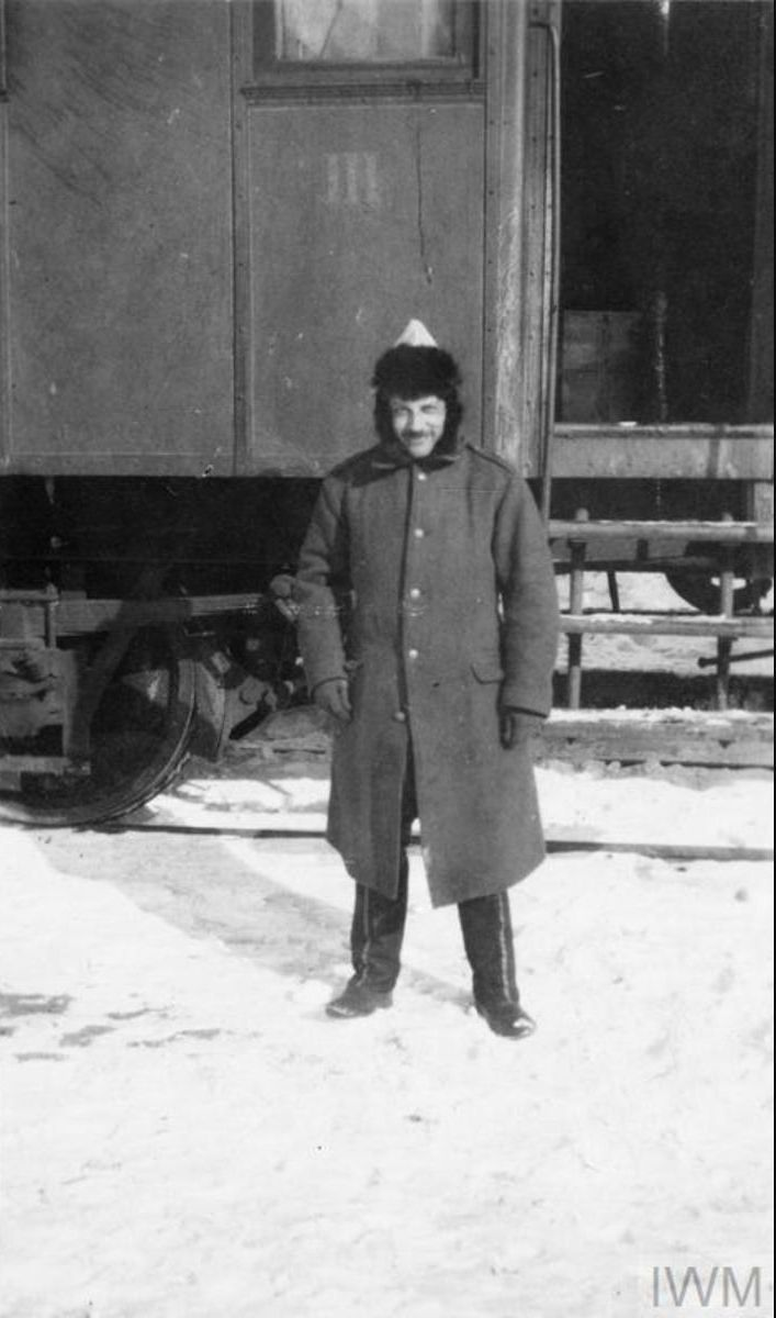 Капитан В. Г. Максимов возле железнодорожного вагона в станице Мечётинской, январь 1920