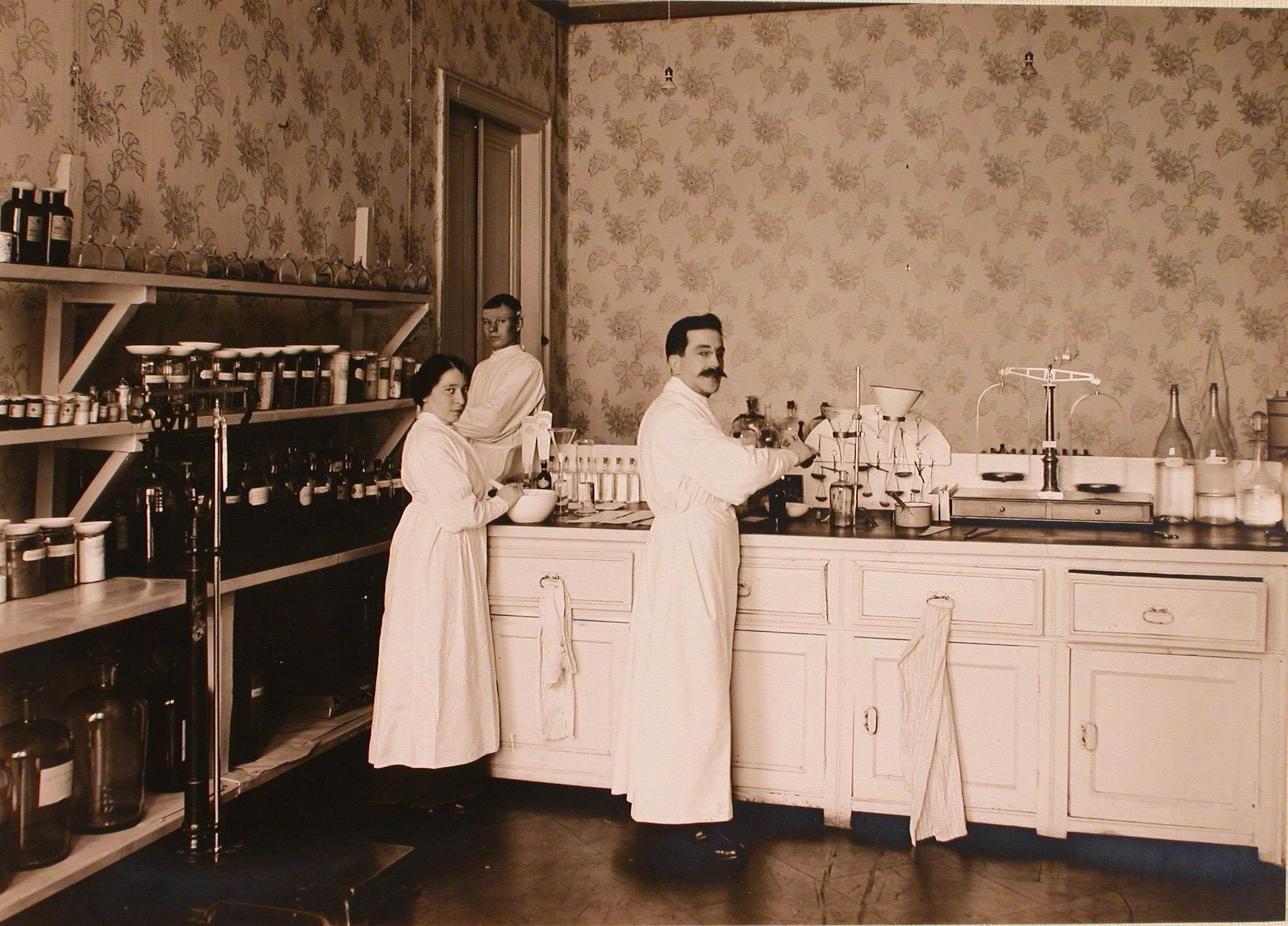 28. Работники лазаретной аптеки госпиталя №6 за приготовлением лекарств