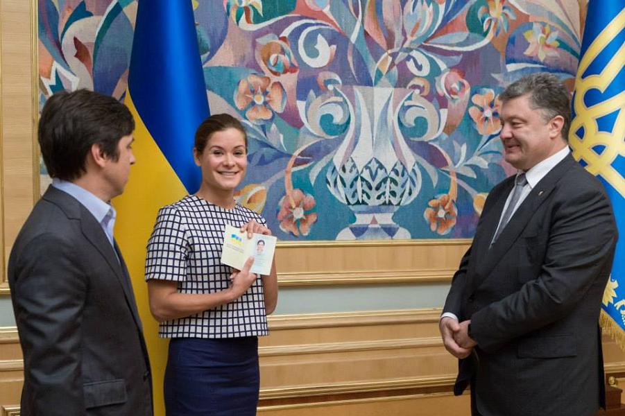 Гайдар получает паспорт Украины.png